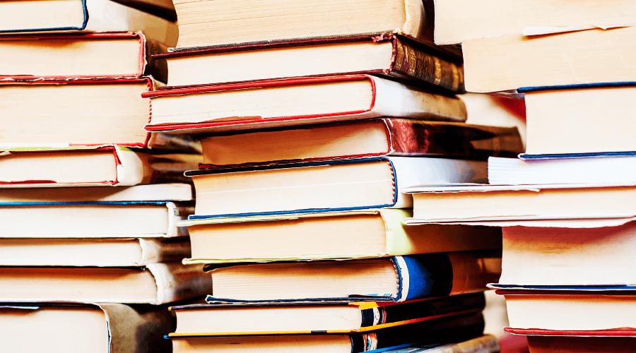 劣化した書籍の山